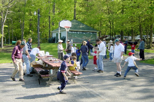 2004 Kids' Hike at Wenonah Lake (May 8th): Registration table.